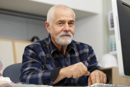Embauché à 69 ans, un salarié peut-il être mis d'office à la retraite à 71 ans?